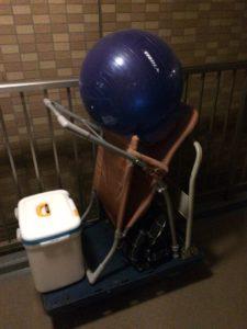 バランスボール、クーラーボックス、椅子